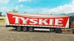 La piel Tyskie en una cortina semi-remolque